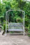 老铁锈白色摇摆在庭院里 图库摄影