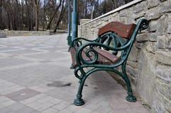 老公园长椅 免版税库存照片