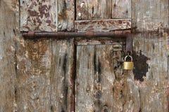 老铁门和锁定 免版税库存图片