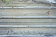 老银生锈了波纹状的墙壁纹理背景 库存图片