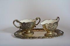 老银色糖罐和盛奶油小壶在银色盘子 库存图片