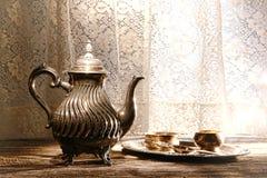 老银色茶壶和茶服务辅助部件盘 免版税库存图片