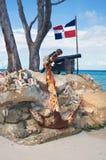 老铸铁大炮和船锚点 库存照片