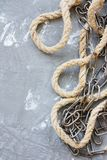 老链子和绳索在灰色背景 免版税库存图片