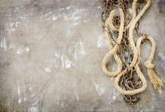 老链子和绳索在难看的东西背景 免版税图库摄影