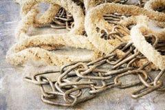 老链子和绳索在难看的东西背景 免版税库存照片