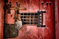 老锁和锁硬件在古色古香的监狱门 图库摄影