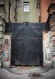 老锁着的黑色金属正方形门 库存图片