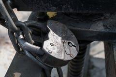 老锁通过链子在铁操刀的专栏称 免版税图库摄影