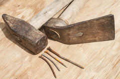 老锤子、锛子和生锈的钉子 库存图片