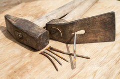 老锤子、锛子和生锈的钉子 免版税库存照片