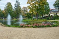 老镇、城市、城堡和公园在Cesis,拉脱维亚 2017年 库存照片