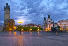 老镇中心和一座钟楼在布拉格市 免版税图库摄影
