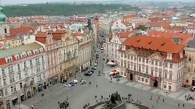 老镇中心和小街道顶视图在从老钟楼的布拉格 影视素材