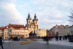 老镇中心和蒂娜寺庙教会的看法 免版税图库摄影