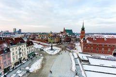 老镇中心在华沙,波兰,监督皇家城堡和sigismund专栏,在雪以后 图库摄影