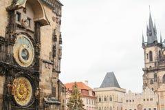 老镇中心在布拉格在圣诞节 一个天文学时钟、圣诞树和城堡的看法 圣诞节 免版税库存图片