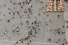 老镇中心的人们在布拉格 图库摄影