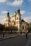 老镇中心的圣尼古拉斯教会在布拉格的老镇的心脏。 免版税库存照片
