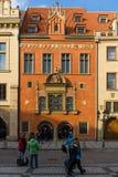 老镇中心的游人在布拉格的老镇的心脏。 库存照片
