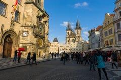 老镇中心的游人在布拉格的老镇的心脏。 免版税库存照片