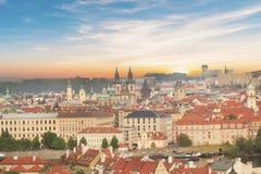老镇中心的美丽的景色和Tyn教会和圣Vitus大教堂在布拉格,捷克 库存图片