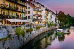 老镇卢布尔雅那,斯洛文尼亚全景,有日落的Ljubljanica河的 免版税库存照片