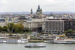 老镇和多瑙河的全景在秋天在布达佩斯,匈牙利 免版税库存照片