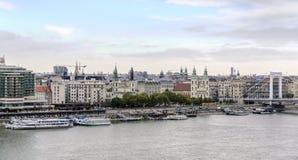 老镇和多瑙河的全景在秋天在布达佩斯,匈牙利 免版税库存图片