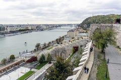 老镇和多瑙河的全景在秋天在布达佩斯,匈牙利 库存图片