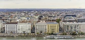 老镇和多瑙河的全景在秋天在布达佩斯,匈牙利 库存照片
