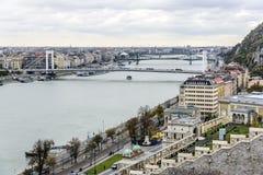 老镇和多瑙河的全景在秋天在布达佩斯,匈牙利 免版税图库摄影