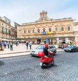 老镇和大广场在奥斯图尼,意大利 免版税库存图片