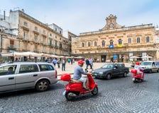 老镇和大广场在奥斯图尼,意大利 图库摄影