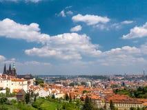 老镇和布拉格城堡全景  库存照片