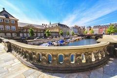老镇和运河在哥本哈根,丹麦在一个夏日 免版税库存照片
