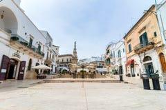 老镇在奥斯图尼,意大利 免版税库存图片