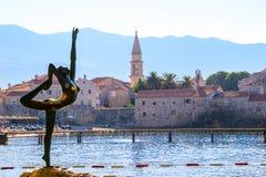 老镇在布德瓦,黑山,从莫格伦海滩的看法 库存图片
