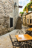 老镇布德瓦狭窄的街道  免版税库存照片