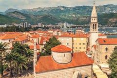 老镇布德瓦风景:古老墙壁和红色铺磁砖的屋顶 黑山,欧洲 布德瓦-一最保存良好的中世纪citi 库存照片