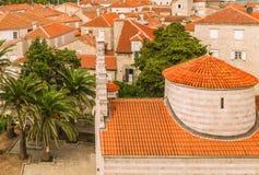 老镇布德瓦风景:古老墙壁和红色铺磁砖的屋顶 黑山,欧洲 布德瓦-一最保存良好的中世纪citi 库存图片