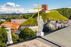 老镇建筑学的风景夏天视图与Gediminas塔的在维尔纽斯,立陶宛 库存图片