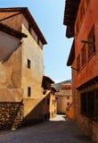 老镇狭窄的街道在夏天 免版税库存照片