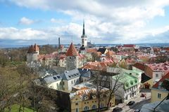 老镇的全景有红色铺磁砖的屋顶的 免版税库存图片
