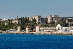 老镇的全景从海的 Lindos 希腊 库存图片