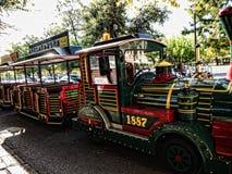 老镇的旅游火车在科孚岛希腊海岛上的科孚岛镇  免版税图库摄影
