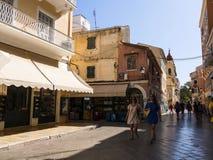 老镇的狭窄的街道在科孚岛希腊海岛上的科孚岛镇  库存照片