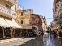 老镇的狭窄的街道在科孚岛希腊海岛上的科孚岛镇  免版税库存照片