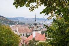 老镇的看法从山的,成交教会圣尼古拉斯位于 Sighisoara市在罗马尼亚 库存照片