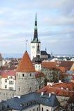 老镇的看法有铺磁砖的屋顶的 库存图片